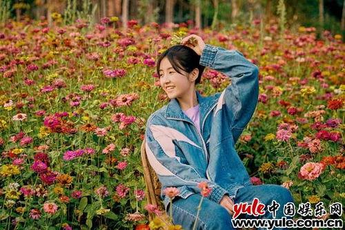 张子枫徜徉花海张子枫今日释出一组彩云之南花海写真.