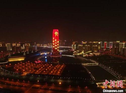 中国红传递无声力量郑州地标建筑元宵节亮灯挺武汉