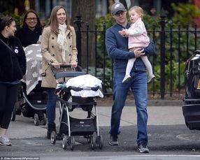 切尔西携夫带子为希拉里投票称为母亲骄傲组图