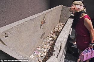 图 升仙 争投币 博物馆千年石棺变 钱罐