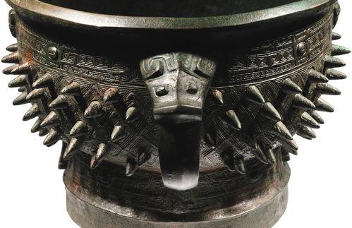 晚商青铜乳钉纹簋29.5公分3,000,000—4,000,000港币商晚期公元前十三至十一世纪青铜亚只觚圈足内铸有两字铭文:亚只52,500英镑商晚期公元前十三至十一世纪青铜亚只觚圈足内铸有两字铭文:亚只52,500英镑