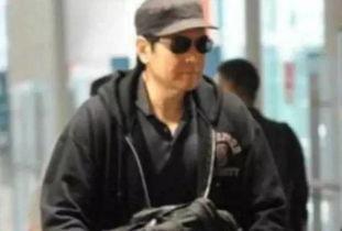 组图:57岁昔日男神费翔沦落为发福大叔机场自推行李无人识