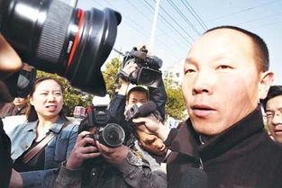 佘祥林走出法院重获自由.