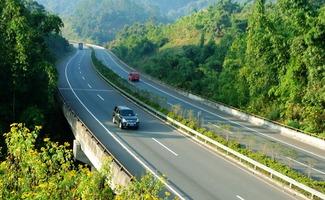 这条高速公路起于许昌西南,接许广高速公路,向南经临颍、漯河、舞阳、西平、遂平、确山至信阳,接沪陕高速公路,全长170公里,投资140亿元.
