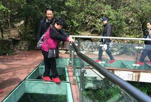 湖南张家界天门山新增玻璃栈道游客步步惊心