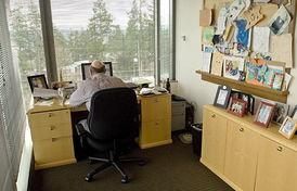 盘点国外科技大佬办公桌 简单朴素如员工工位