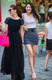 街拍美女 小姐姐穿白色透视T恤搭配超短裙逛街,笑容甜美暖人心
