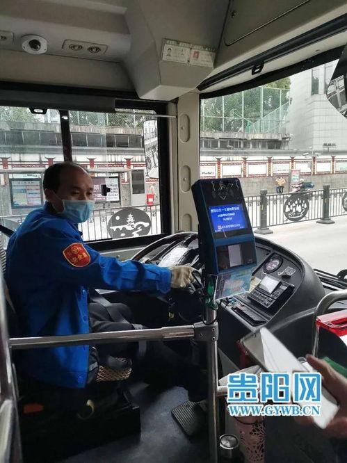 图为公交司机潘旭东在监督乘客扫健康码、刷卡