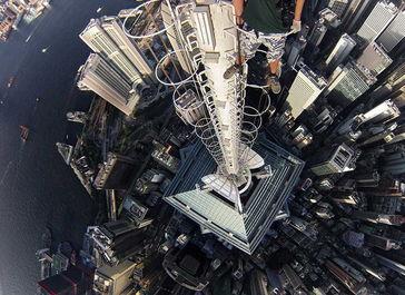 俄冒险家攀上香港346米高楼自拍