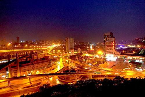 02蝶形立交桥代表——二郎立交作为重庆通往成都的必经之路,古时重庆人出城的界限是通远门,现在的有车一族,出城的地标便是此路。
