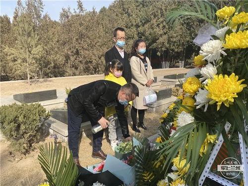 """市民孙志伟倒酒祭奠陈红军烈士""""我是看新闻知道陈红军烈士事迹的,今天特地到烈士陵园来悼念他。"""