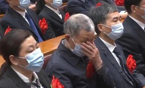 源:央视新闻研究生毕业参加工作后黄文秀奔赴偏远贫困山村坐在台下的黄文秀的父亲眼中含泪