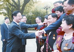 4月28日,湖南省委书记、省长周强等省领导亲切接见出席全国劳模表彰大会载誉返湘的湖南省劳模和先进工作者.