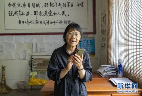 张桂梅与爱心人士通过电话交流(7月4日摄)。
