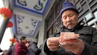 为什么有很多老人,每个月定期去银行排队取钱看完