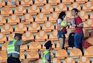 7月5日,广州恒大主场7-0大胜重庆力帆,全场球迷喜笑颜开,显得非常心满意足,赛后看台上还出现了球迷求婚的温馨一幕.
