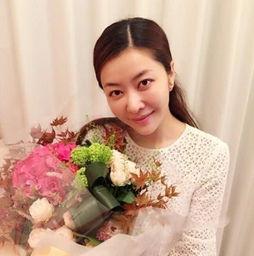 图集详情:10月10日是熊黛林35岁的生日,生日当晚,熊黛林在微博晒出手捧鲜花的照片.