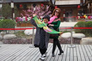 近些年,中国大妈们似乎都是约定好的,只要出门必带丝巾,无论天涯海角.