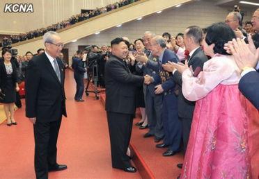 金正恩与人们握手.-李雪主和牡丹峰乐团成员握手