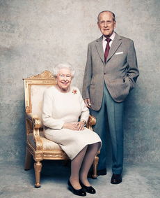 从1952年2月6日即位,到2015年9月9日,伊丽莎白二世已经超越维多利亚女王成为英国历史上在位最久的君主,其在位时间至今已达65年,比英国历史上任何君主都要长,而菲利普亲王一直都陪伴在女王的身边,两人