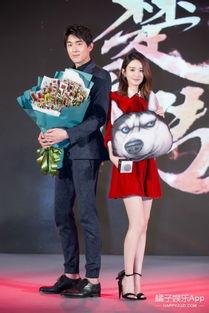送林更新辣条,和张碧晨同台唱歌,穿着小红裙的赵丽颖太会玩儿