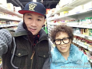 高虎晒和母亲逛超市照