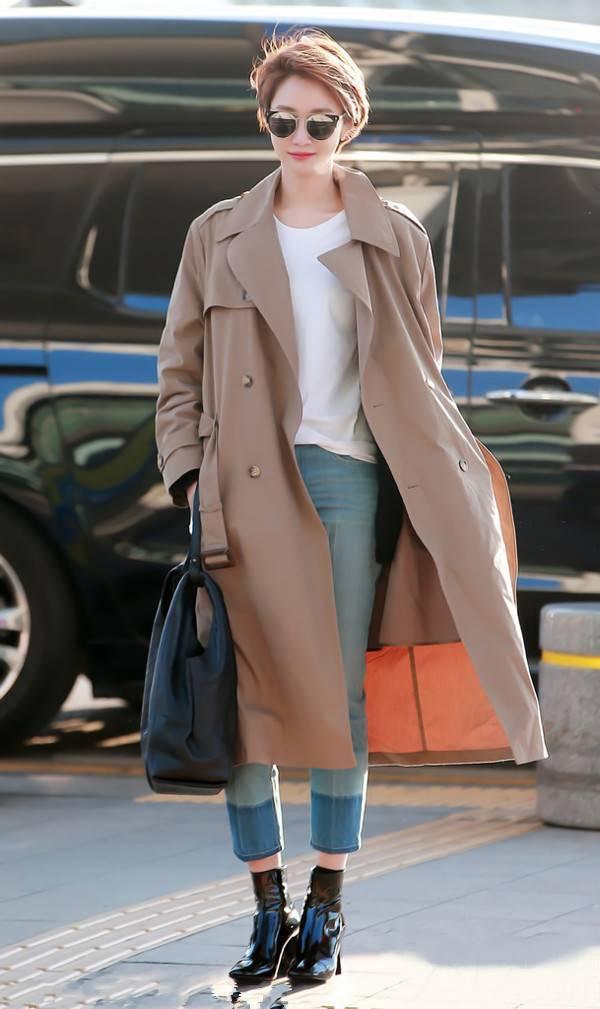 高俊熙就穿了一件卡其色的长款风衣,搭配白t牛仔九分裤、漆皮短靴,干净利落.