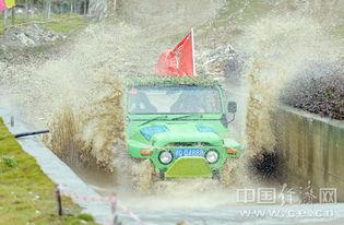 赛车通过深水池   摄-2016中国宜昌朝天吼越野车赛开赛
