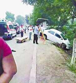 两车疑别车失控致5人亡