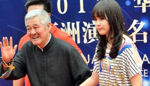 赵本山是真的老了,登台表演步履蹒跚,网友说他连话筒都拿不稳