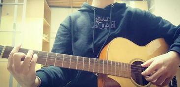 室友弹吉他晚上
