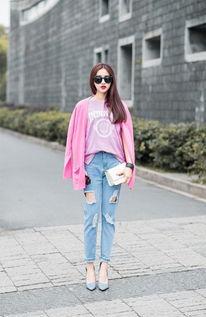 粉红色衣服和什么裤子搭配好看
