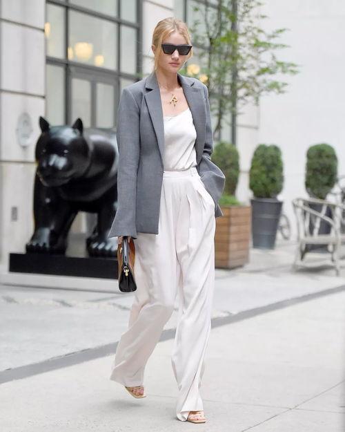 灰色西装变身短裙也是有着十足的设计感,换一种穿法就是更时髦.