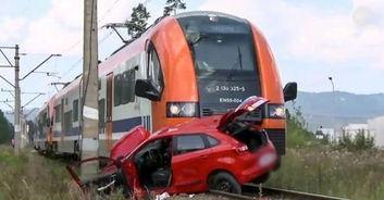 18岁少女路考在铁轨上熄火,这时火车来了,教练的做法令人气愤