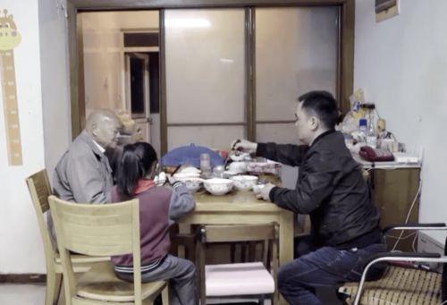 2年后,看新闻知道老人将300万房产赠水果摊主,亲属就出现了说老人老年痴呆