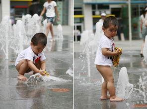 玩水的小孩