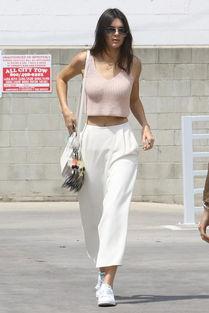 粉色上衣白色阔腿裤夏装肯达尔詹娜有多会穿两个颜色就能美艳