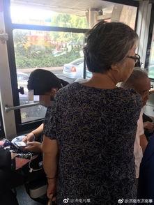 老人公交站20站女学生坐玩手机