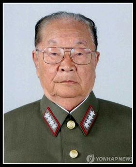 金正恩吊唁朝鲜核领军人物 仪仗兵在旁守灵 图
