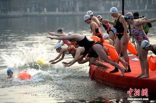图为:中国大妈与俄罗斯大妈拼冬泳