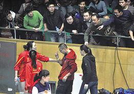 1月23日,现场观众指责与球迷发生冲突的工作人员(着红色衣服的男子).