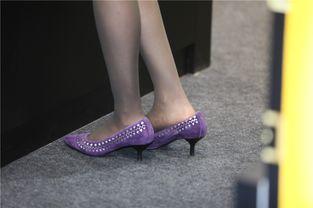 街拍联盟 熟女的灰色丝袜,脱鞋晾脚最美瞬间
