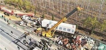 大广高速河南平舆段28辆大货车连环相撞