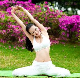 靓模演绎清新优雅瑜伽 调理身心练出好身材