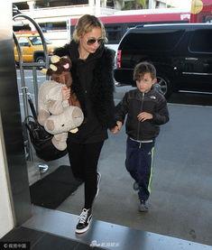 妮可 里奇与儿子老公现身机场