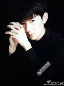 王源晒高冷帅照脸庞白皙 与黑色背景融为一体