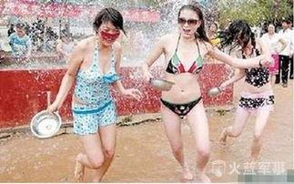 美女玩水后全身湿透的尴尬图片,看着好害羞