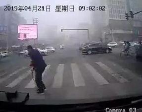 曲敬祥主动护送老人过马路