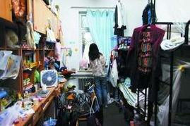 下面两张图片,上图为北大留学生宿舍的照片,下图为北大女生宿舍的住宿条件.