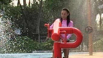 张柏芝携子玩水全身湿透 儿子全程紧抱大腿